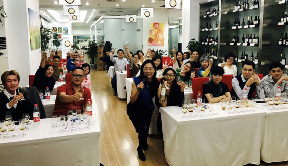 Sophie Liu, et les étudiants du cours Dégustation d'armagnac à Shangaï