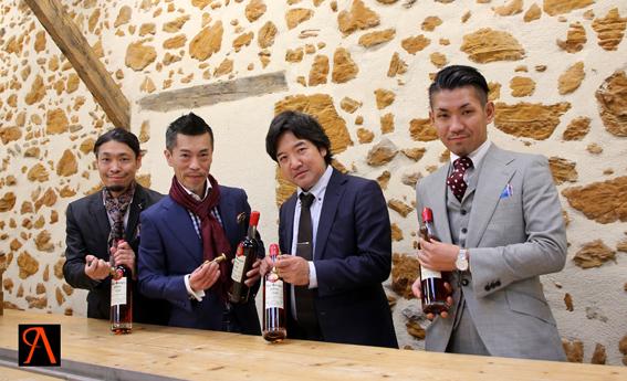 Yasutaka Nakamori, Junya Honma Tsuyoshi Kitakaji, et Makoto Kikuchi dans les locaux des Armagnacs Delord