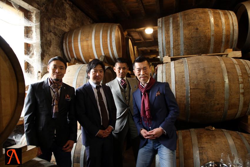 Yasutaka Nakamori, Tsuyoshi Kitakaji, Makoto Kikuchi et Junya Honma dans le chai des Armagnacs Delord