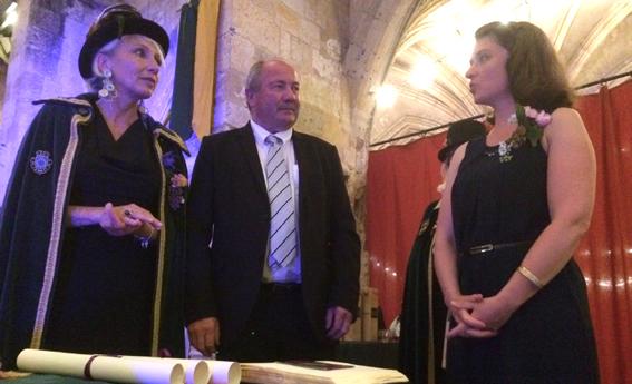 Marie-Pascale Boucher intronise Isabelle Sendrané en présence de son parrain Patrick Farbos, président de l'interprofession Floc de Gascogne
