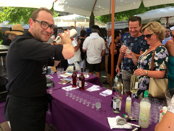 Sébastien Miqueu à la préparation de cocktails