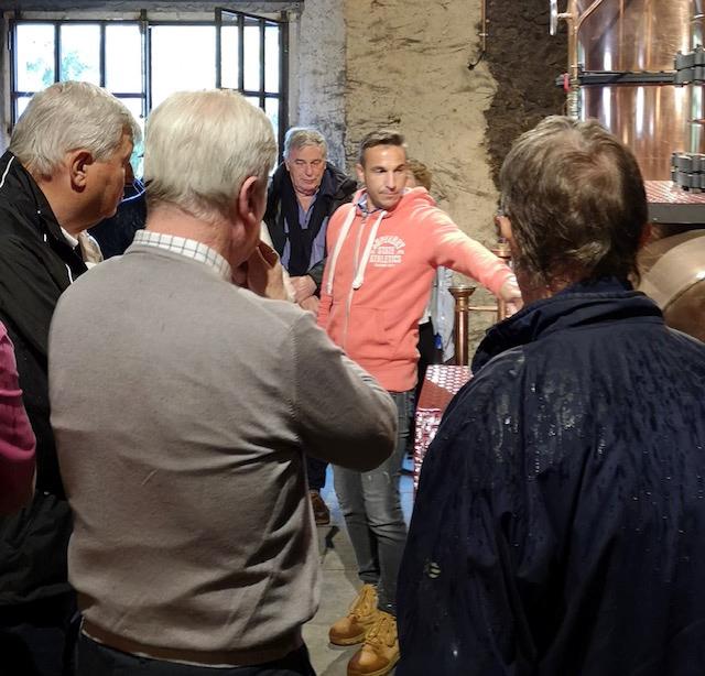 Armin Grassa explique l'alambic au château du Tariquet